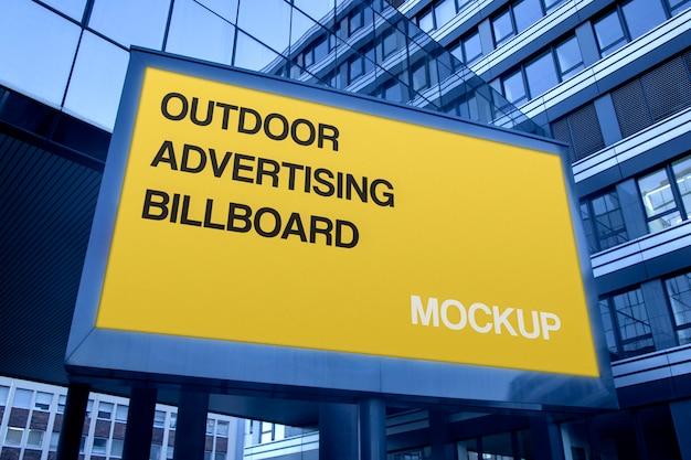 Modello di pubblicità orizzontale all'aperto del tabellone per le affissioni della grande via urbana
