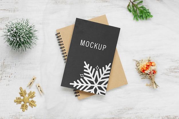 Taccuino con copertina nera mockup per decorazioni natalizie e capodanno