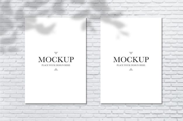 Mockup poster in bianco sul muro di mattoni
