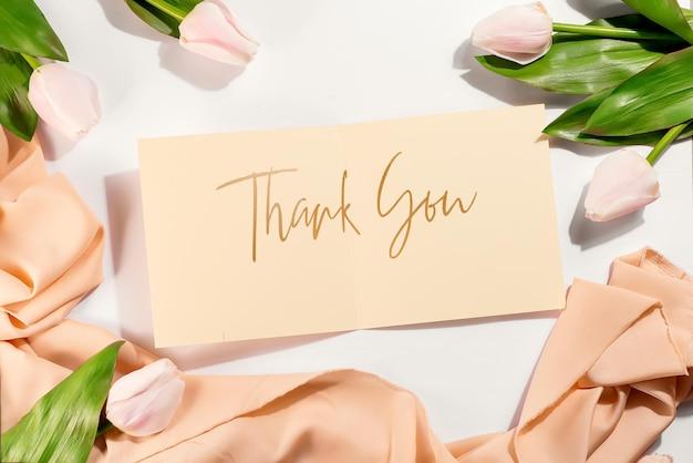 Scheda brochure mockup con tulipani
