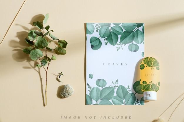 Bottiglia cosmetica mockup e brochure con eucalipto secco