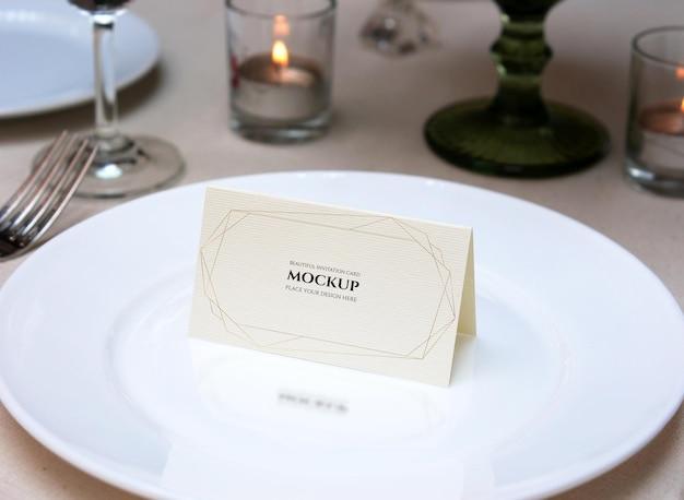 Mockup carta piegata per il nome posto sul tavolo di nozze