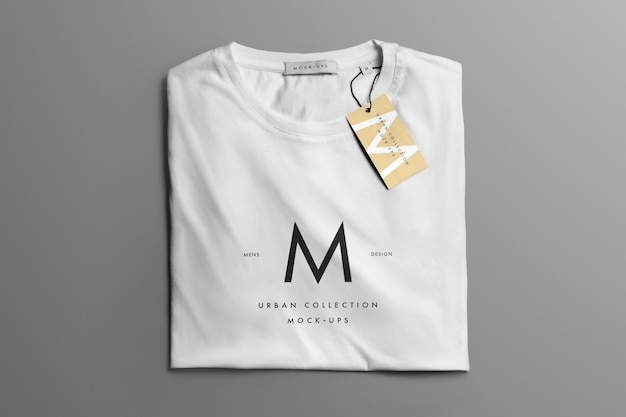 T-shirt piegata mockup. tag ed etichetta mockup