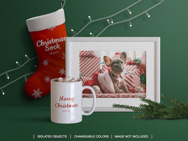 Mockup di calza di calza e tazza di carta fotografica con cornice con decorazioni natalizie