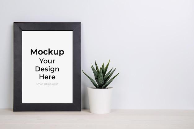 Mockup cornice e pianta in vaso