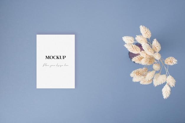 Carta di invito mockup con erba secca sullo sfondo blu
