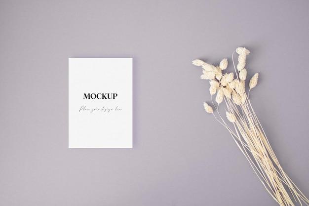 Carta di invito mockup con erba secca sullo sfondo viola