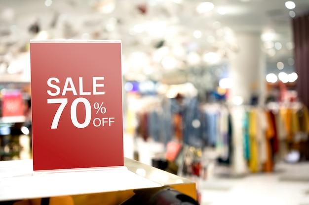 Stand con etichetta mockup per la promozione della vendita di moda e sconti
