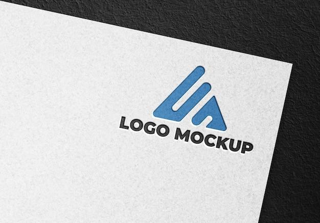 Attività di progettazione di logo mockup su carta bianca