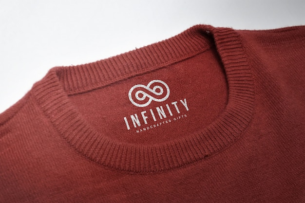 Mockup di logo su un'etichetta di camicia