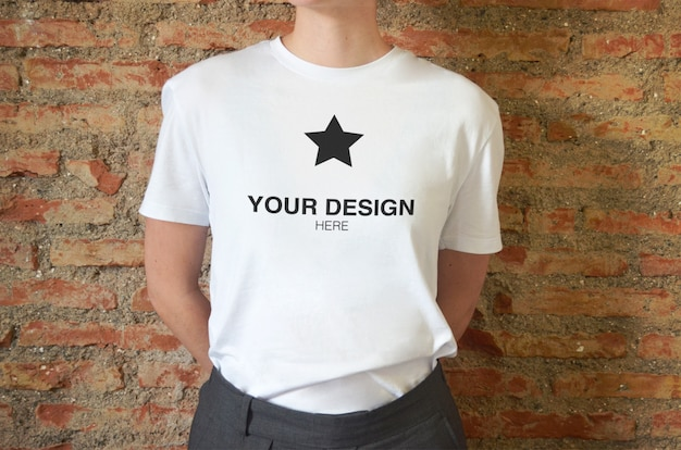 Mockup per logo su t-shirt donna manica corta con muro di mattoni