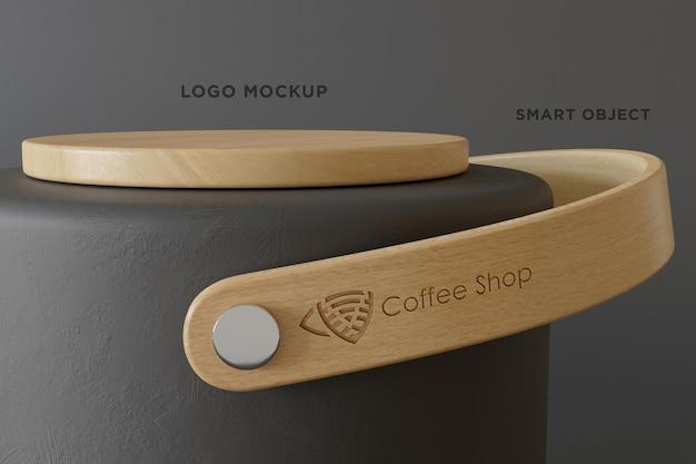 Logo mockup con manico in legno