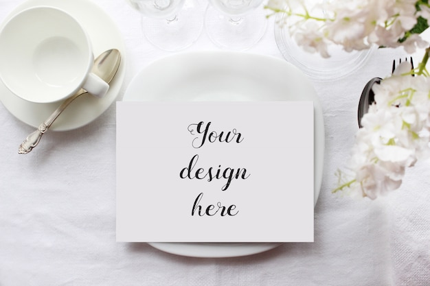 Modello di una carta del menu su un piatto sulla tavola sistemata