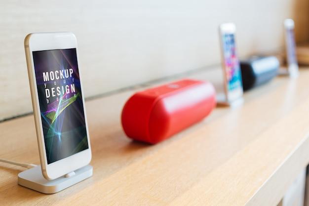 Smartphone mobili mockup con sfondo sfocato altoparlante wireless.