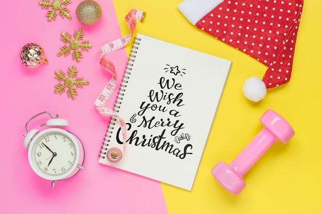 Notebook mockup per risoluzioni o obiettivi per il nuovo anno per uno stile di vita sano