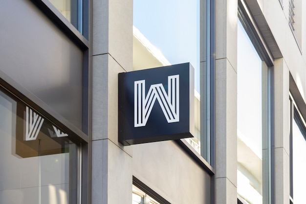 Mockup di outdoor street urban black square 3d logo sign hanging sulla facciata