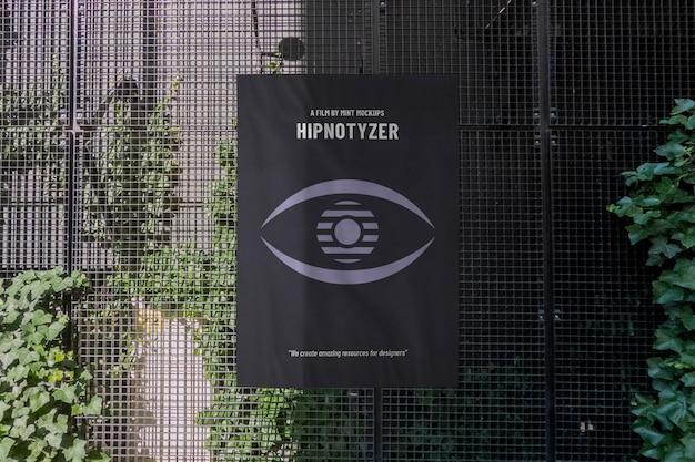 Modello del manifesto pubblicitario verticale all'aperto sulla parete della costruzione in metallo