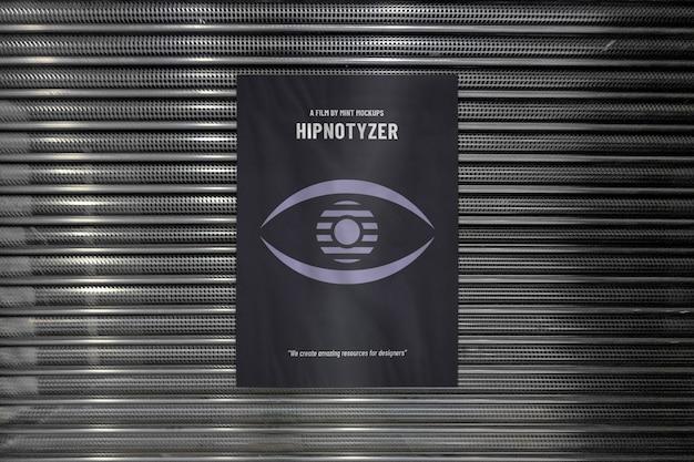 Modello del manifesto pubblicitario verticale all'aperto sull'entrata della facciata del negozio del metallo