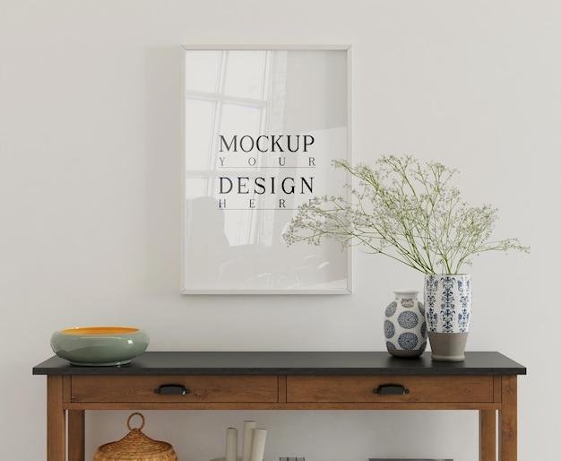 Poster di mockup sulla consolle in interni semplici