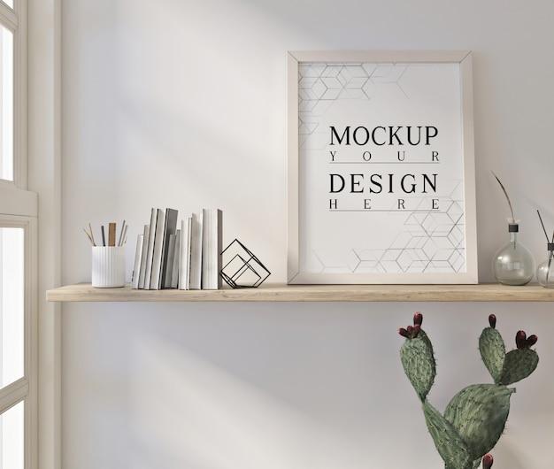 Mockup poster nel moderno salotto bianco con libri e decorazioni