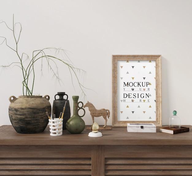 Mockup poster con cornice sul tavolo dell'armadio con decorazione
