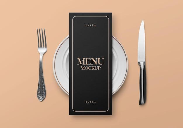 Mockup del concetto di carta flyer menu cibo ristorante con stoviglie