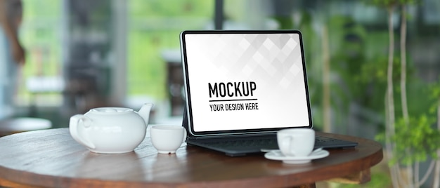 Mockup di computer portatile schermo con forniture per ufficio sul tavolo bianco