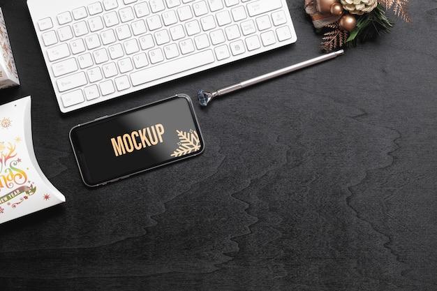 Smartphone di mockup per natale capodanno sulla scrivania in ufficio