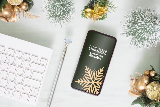 Smartphone mockup sulla scrivania dell'ufficio domestico per natale e capodanno