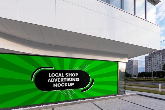 Modello dell'insegna orizzontale del tabellone per le affissioni di pubblicità all'aperto della città della via nel telaio nero alla finestra locale del negozio