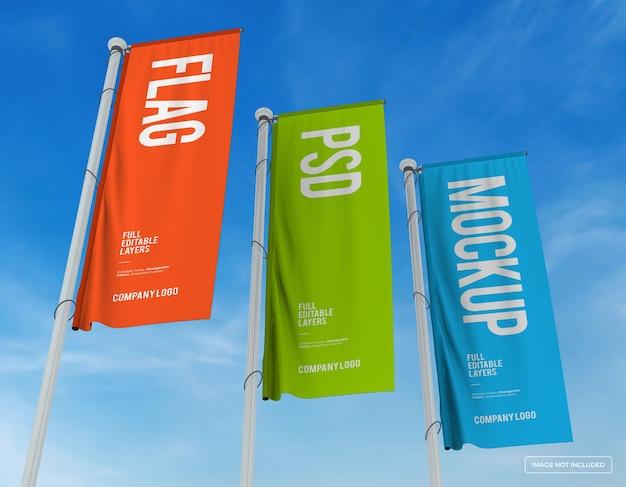 Mockup di tre bandiere verticali design da una vista perespective