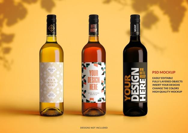 Mockup di tre bottiglie di vino su uno sfondo giallo