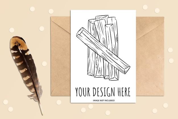 Mockup di cartolina verticale su un tavolo con elementi di busta e piuma