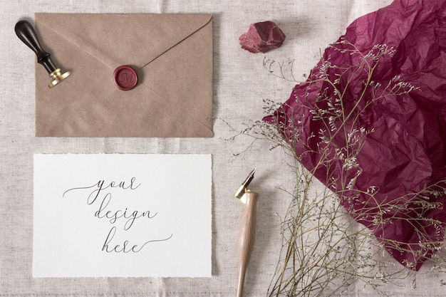 Mockup per la collezione di matrimoni vintage. busta, sigillo di cera e una carta di carta con bordi strappati