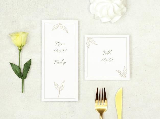 Menu di matrimonio modello e biglietto di ringraziamento su sfondo grigio
