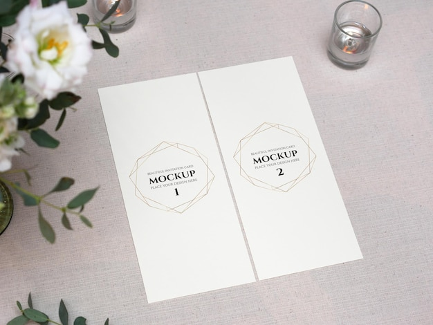 Mockup bianco carta bianca sulla regolazione della tavola di nozze