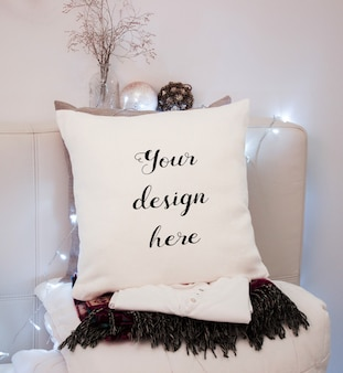 Mockup di un cuscino bianco in camera da letto a natale