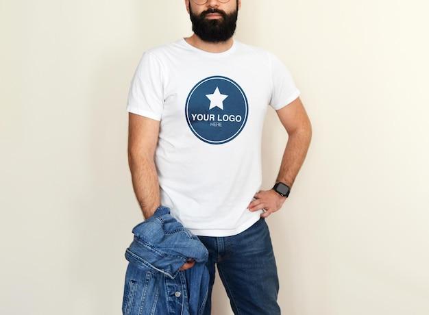 Mockup per uomo t-shirt bianca con vestito di jeans