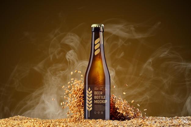 Mockup di bottiglia di birra in vetro con grano volante