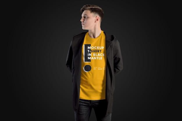 Mockup uomo t-shirt in un mantello nero