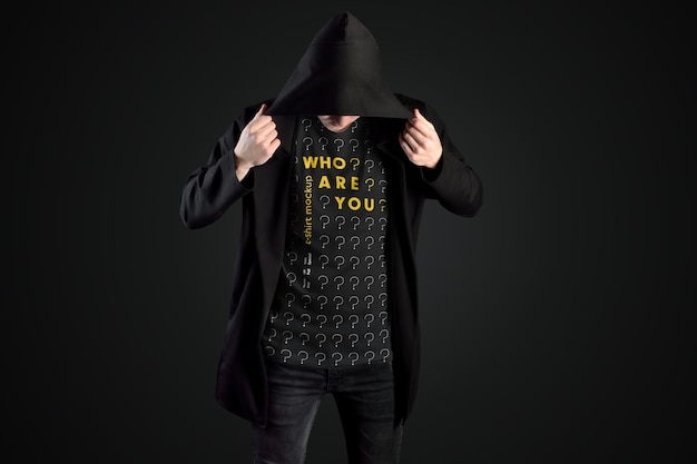 Mockup uomo t-shirt in un mantello nero