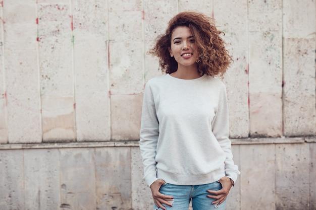 Modello donna con modello di mockup di felpa vuota