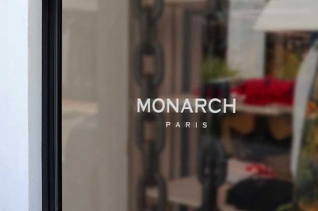 Mockup di logo del segno della finestra di abbigliamento moderno