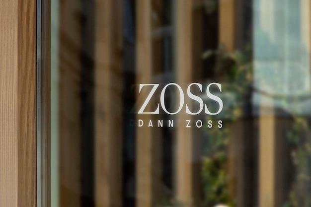 Mockup di logo del segno della finestra di legno dell'abbigliamento moderno
