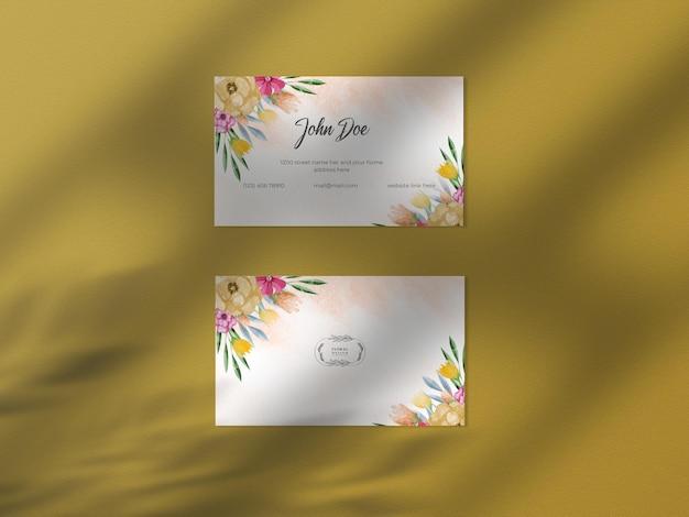 Mockup di carta per biglietti da visita dell'acquerello disegnato a mano floreale moderno