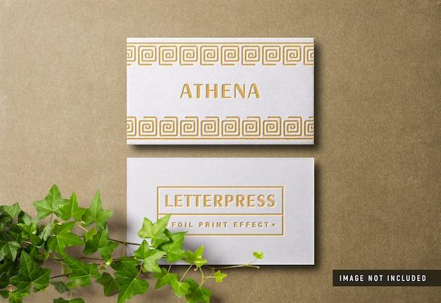 Mockup di biglietti da visita moderni e lussuosi con effetto di stampa tipografica dorata
