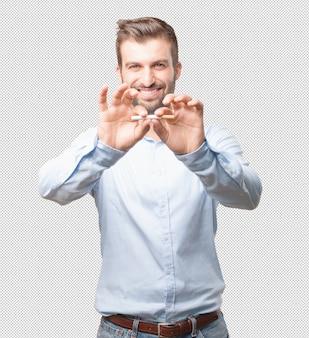 Uomo moderno che rompe sigaretta