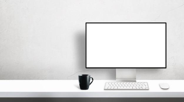 Modello professionale moderno del monitor del computer del progettista sulla scrivania con lo spazio della copia accanto sulla parete