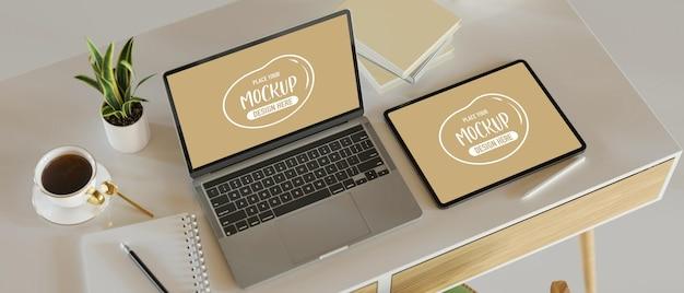 Spazio di lavoro moderno con computer portatile simulato e tablet su illustrazione 3d tavolo bianco