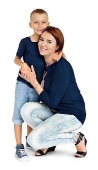 Figlio della madre che abbraccia concetto di amore insieme